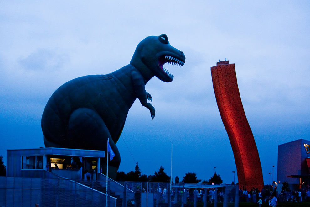 Balloon-festival-Groningen-TRex-vs-the-34-meter-high-climbing-wall